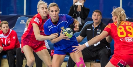 Полина Кузнецова в синей футболке