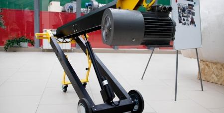 Тележка весит всего 50 кг, но может поднимать грузы до 250 кг