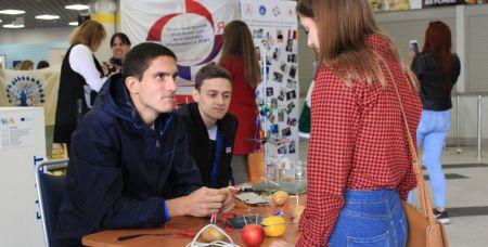 На Фестивале науки показали, как из фруктов можно получить электричество.