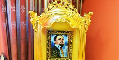 ИконоСтас. Стас Михайлов в золотом обрамлении.