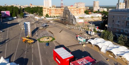 Очень скоро вся Театральная площадь будет заполнена людьми