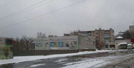 Здание бывшего кафе «Аист» сегодня закрыто. До войны на его месте была небольшая школа, а позднее — администрация зоопарка. Во время оккупации немцы расположили здесь мастерские своей моторизованной воинской части, которая стояла на территории зоопарка.