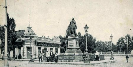 Место от площади Карла Маркса до Нахичеванского рынка называлось Базарной площадью. Здесь армяне в 1894 году установили памятник Екатерине II. Простоял он до 1917 года, когда его свалили в первый раз.  С приходом в Нахичевань белых памятник восстановили, но в 1920 году его снесли окончательно. Позднее на сохранившийся постамент установили памятник вождю мирового пролетариата Карлу Марксу. Как отмечает Саркис Казаров, Маркс к Нахичевани не имел никакого отношения и ни разу здесь не был.